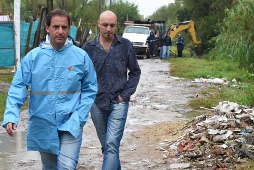 Ariel Sujarchuk junto a Ramil. Destacó que recorre zonas en días de lluvia para comprobar el estado de las obras.