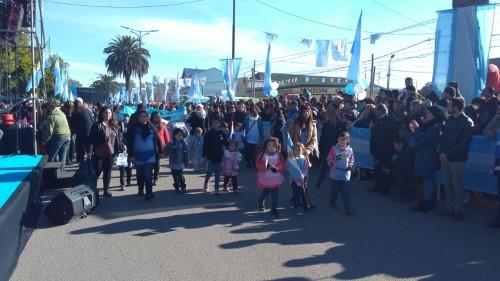 Por el boulevard Presidente Perón desfilaron distintas entidades del Distrito.