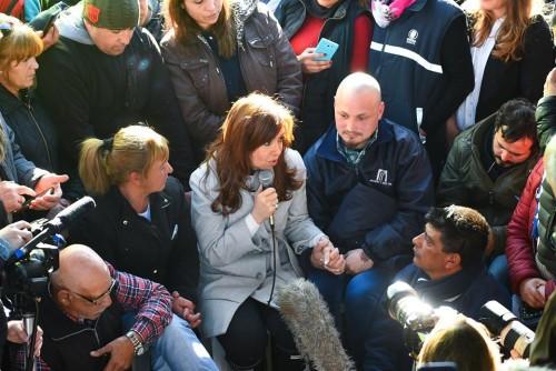 Cristina habla, todos escuchan. A metros, Sujarchuk y la edil en uso de licencia Laura Russo.